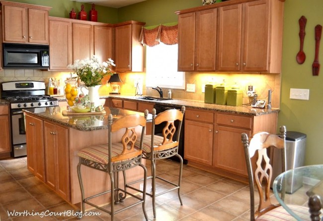 Kitchen with maple cabinets (1)