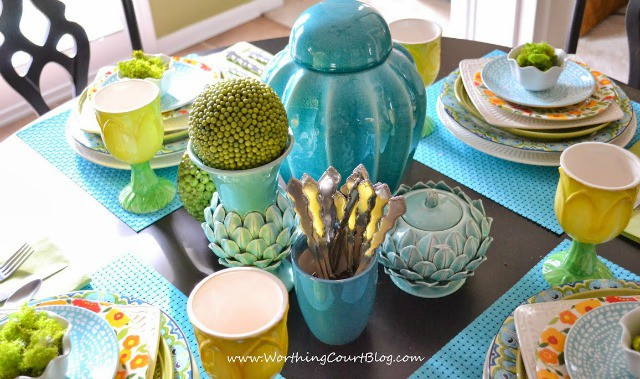 Spring means an explosion of colors as nature comes back to life after a long and dreary winter. Set a beautiful spring table filled with all of the colors of spring. Gone are the days of matchy matchy dishes. Mix up your patterns for loads of beauty and interest. || Worthing Court Blog