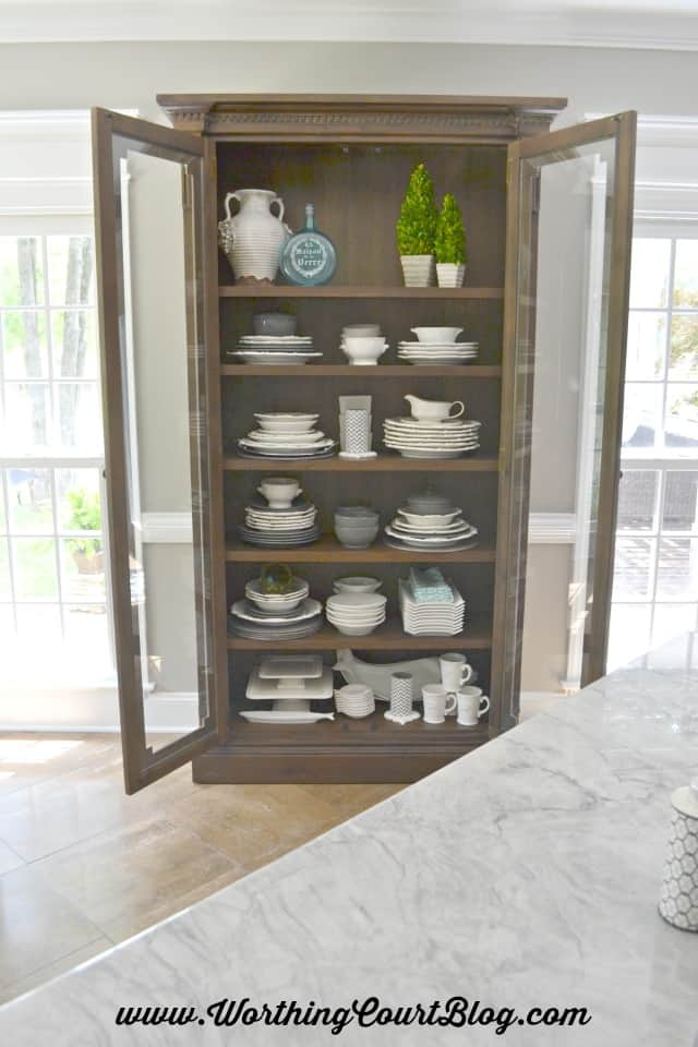 How to stack and display dishes and accessories in a display cabinet in the kitchen
