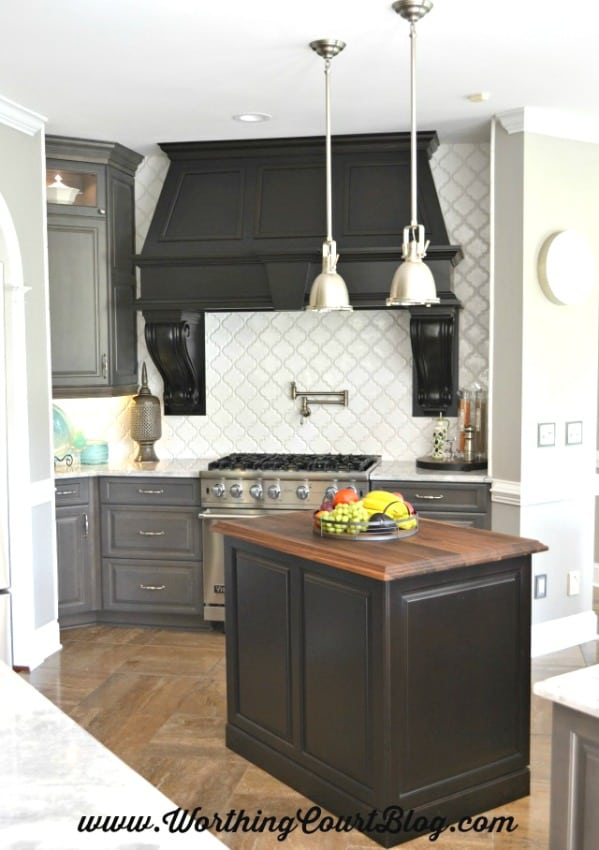 This amazing over-sized custom hood is the crowning glory to this new Viking range. The hood wouldn't make the statement that it does were it not for the chunky corbels.