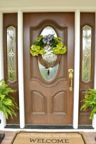 With just a few supplies, you can have a spring wreath for your front door in just 10 minutes. Customize your colors to fit your decor. || Worthing Court Blog