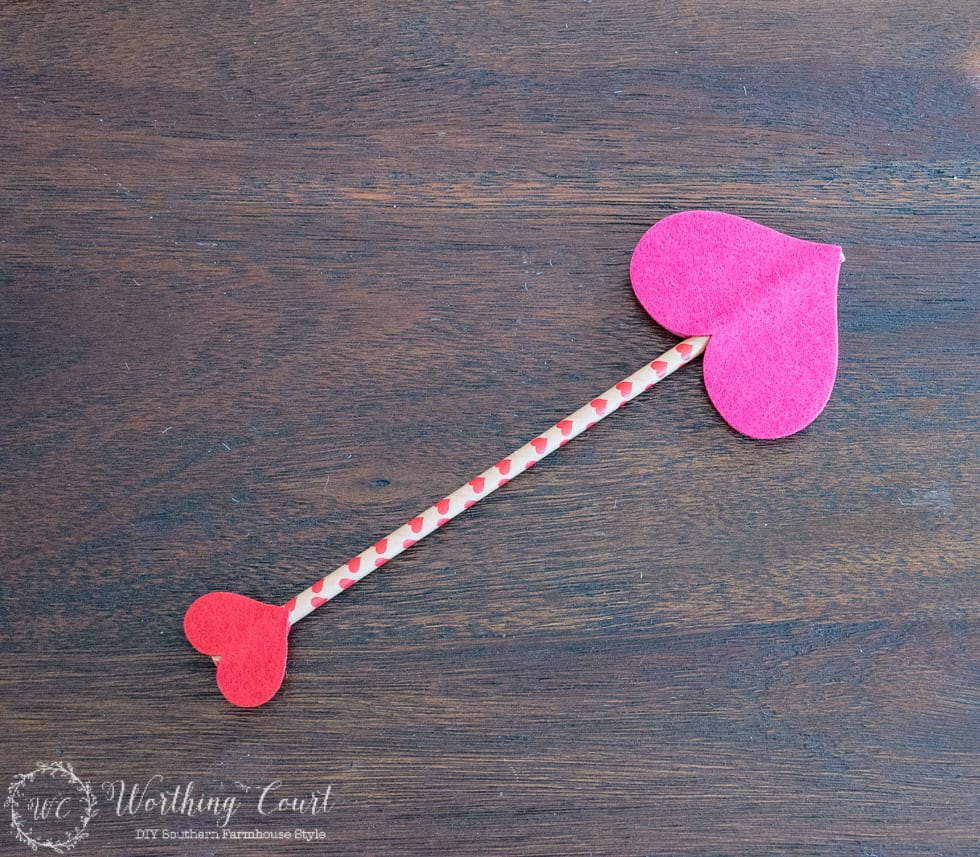 Make a Valentine's Day arrow for a wreath with a straw and felt sticker hearts