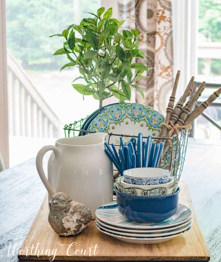 A step by step photo guide for how to make a farmhouse style summer centerpiece || Worthing Court