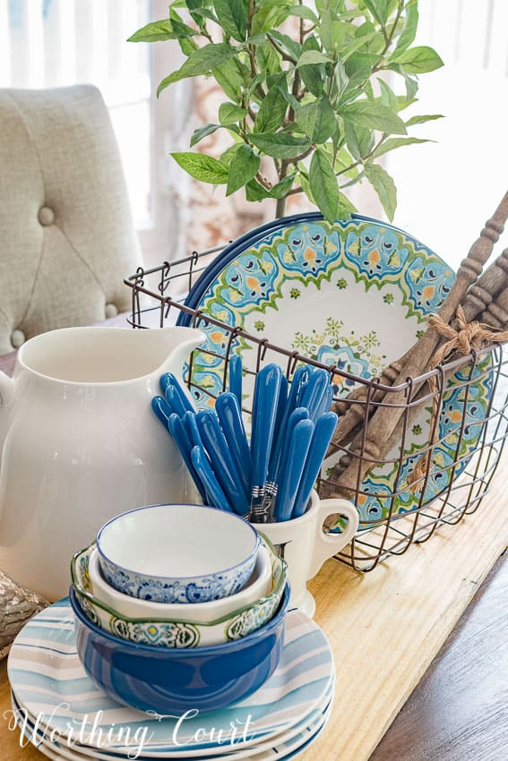 A step by step photo guide for how to put together and eye-catching farmhouse style summer centerpiece for your kitchen table || Worthing Court