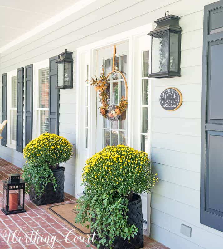 Easy and simple fall front porch decorations #FallDecor #PorchDecor || Worthing Court
