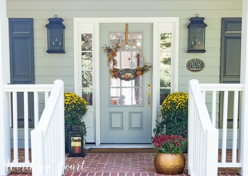 Fall front porch decorating ideas #FallDecor #FallPorch #Mums || Worthing Court