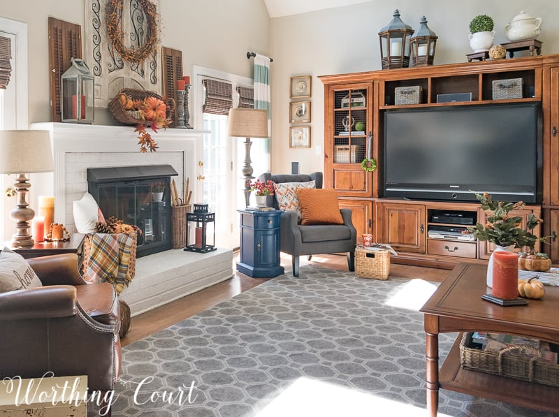 Family room with fall decorations || Worthing Court #falldecor