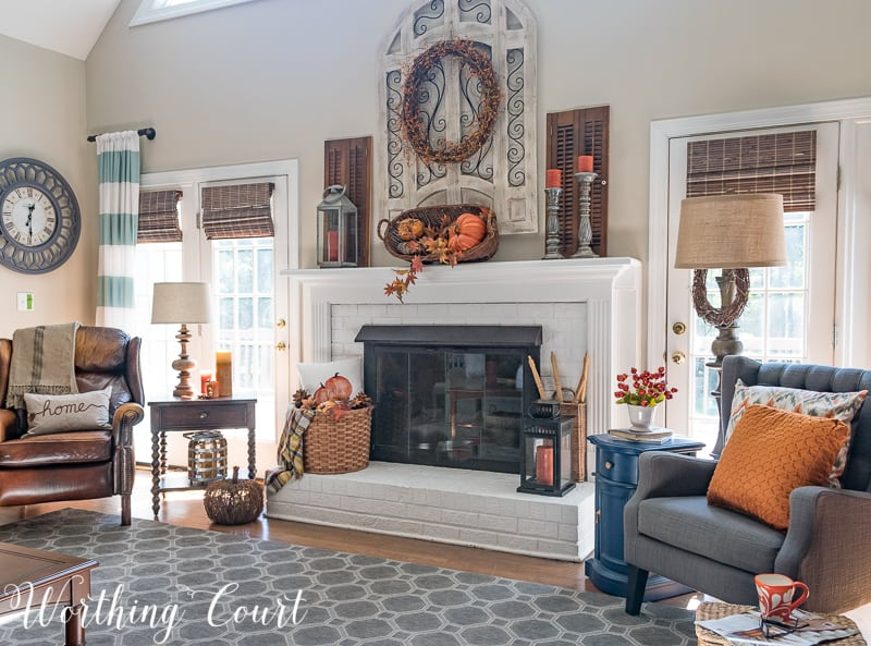 Family room decorated for fall with beautiful traditional autumn colors || Worthing Court #falldecor #autumn