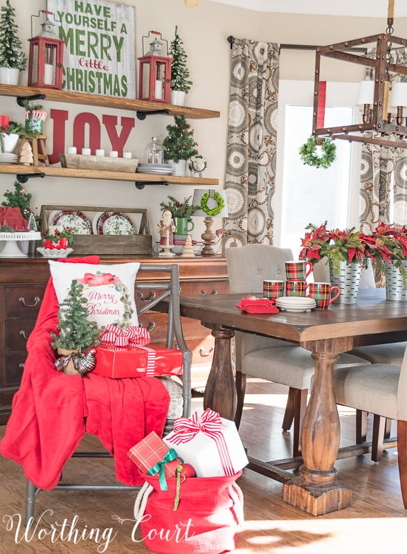 Christmas breakfast room decor #christmas #christmasdecor #redandgreen