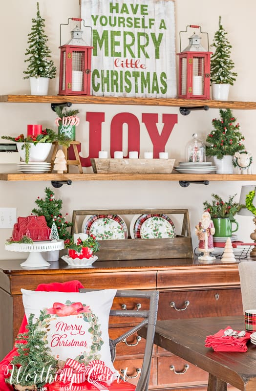 Christmas open shelves with classic red and green decorations #christmas #christmasdecorations #shelves #redandgreen