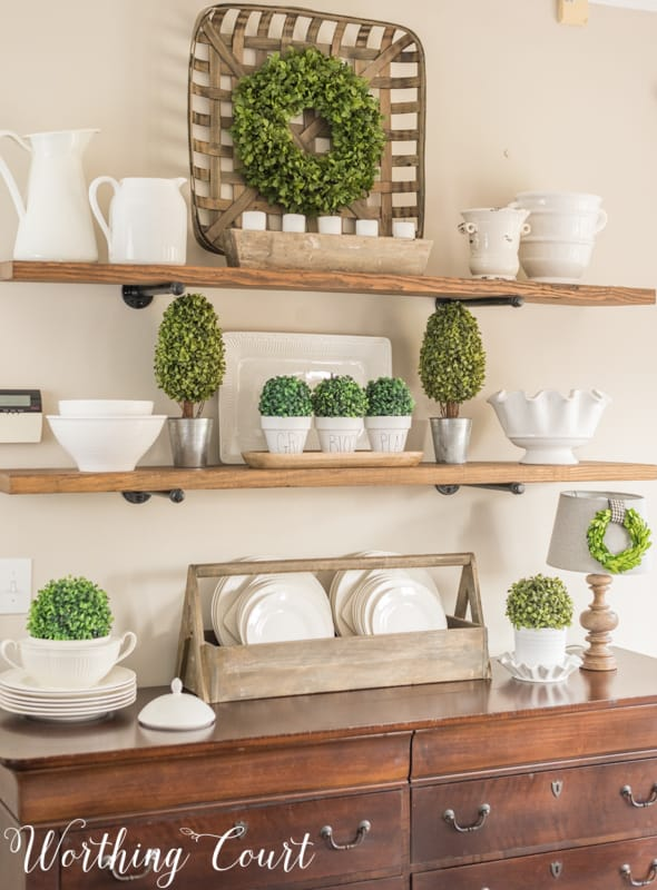 Green and white spring decorations. #springdecor #spring #shelfdecor