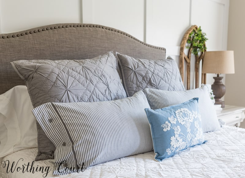 How to layer pillows on a bed #bedding #throwpillows #pillows