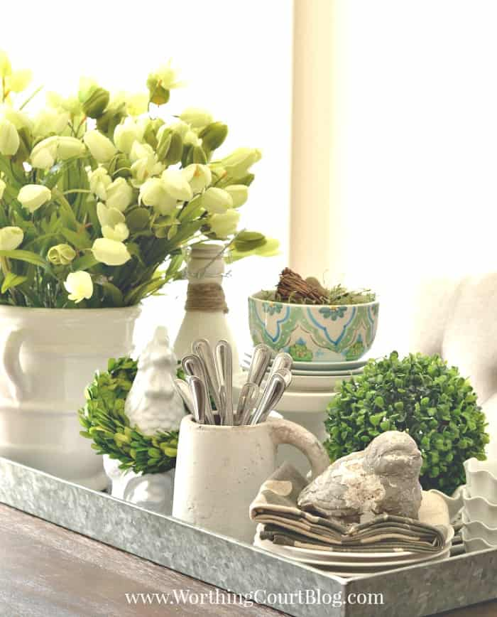Spring dining table centerpiece #springdecor #centerpiece #tulips