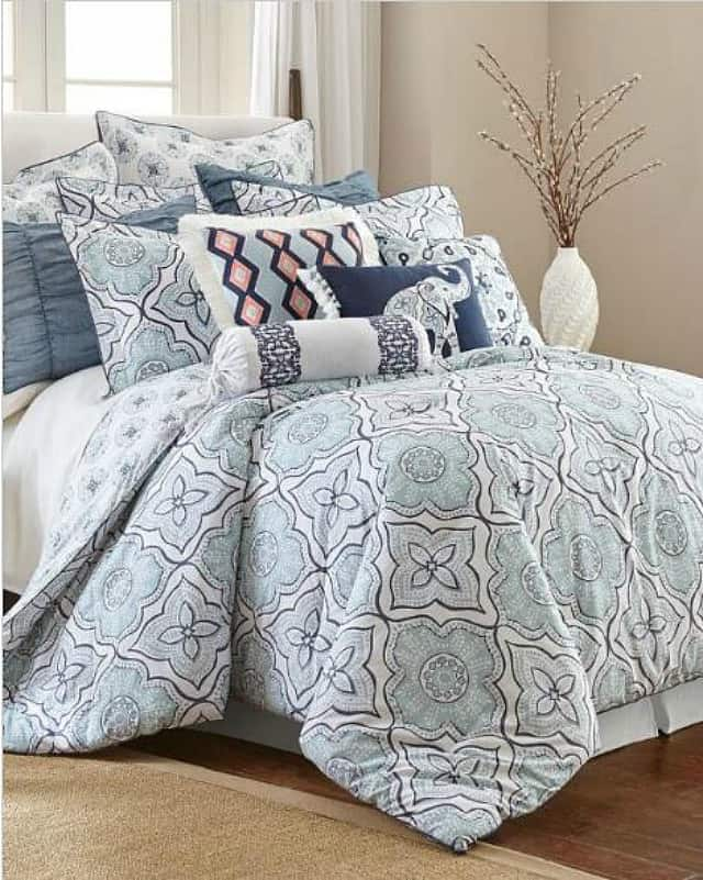 Friday Favorites Weekly Digest. Beautiful comforter set in navy, light blue, mint green and white. #beddingideas #comforterset #bedding #navy #blueandwhite #bedroomdecoratingideas