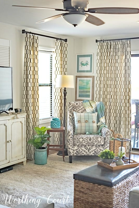 Living room with coastal decor #coastaldecoratingideas #coastallivingroomideas #coastaldecor #beachdecor #modernfarmhousedecoratingideas #neutraldecoratingideas #livingroomdecoratingideas