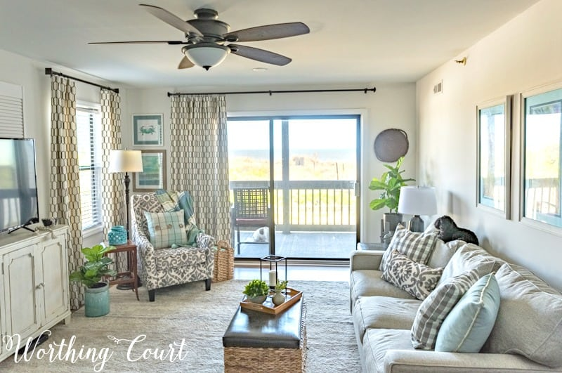 Coastal living room decor #coastaldecoratingideas #coastallivingroomideas #coastaldecor #beachdecor #modernfarmhousedecoratingideas #neutraldecoratingideas #livingroomdecoratingideas