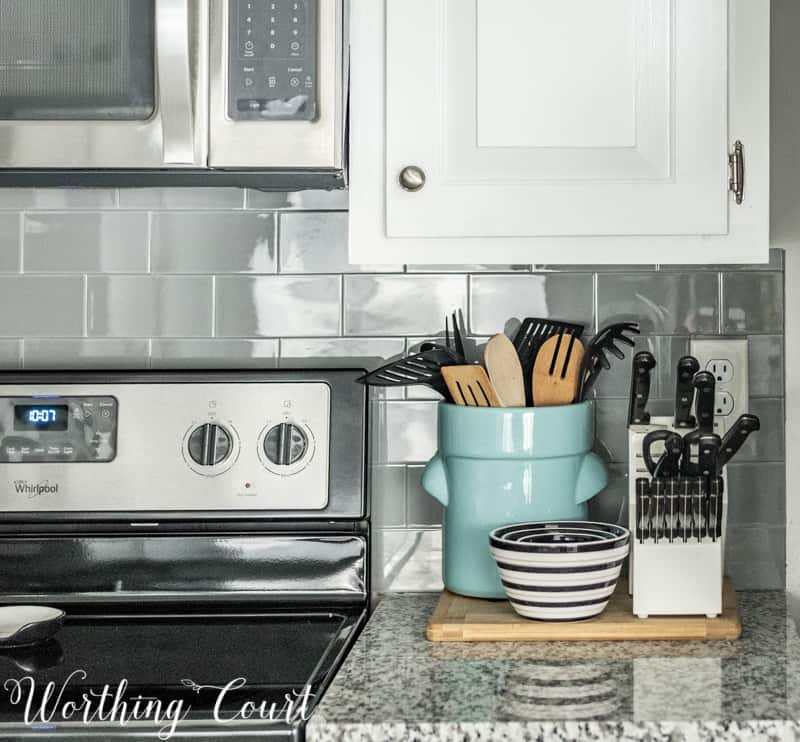 How To Make A Kitchen Look Brand New Without A Remodel. Modern farmhouse coastal kitchen decor.. #whitekitchen #kitchenideas #kitchenideas #smallkitchen #farmhousekitchen #kitchendesign #kitchendecor #modernfarmhousekitchen #smallkitchen #kitchencounters #kitchenbacksplash