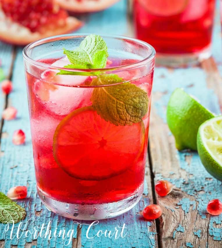Recipe for low calorie pomegranate lemonade ready in 5 minutes. #recipes #lemonade #pomegranate #lemonaderecipe #lowcaolorie
