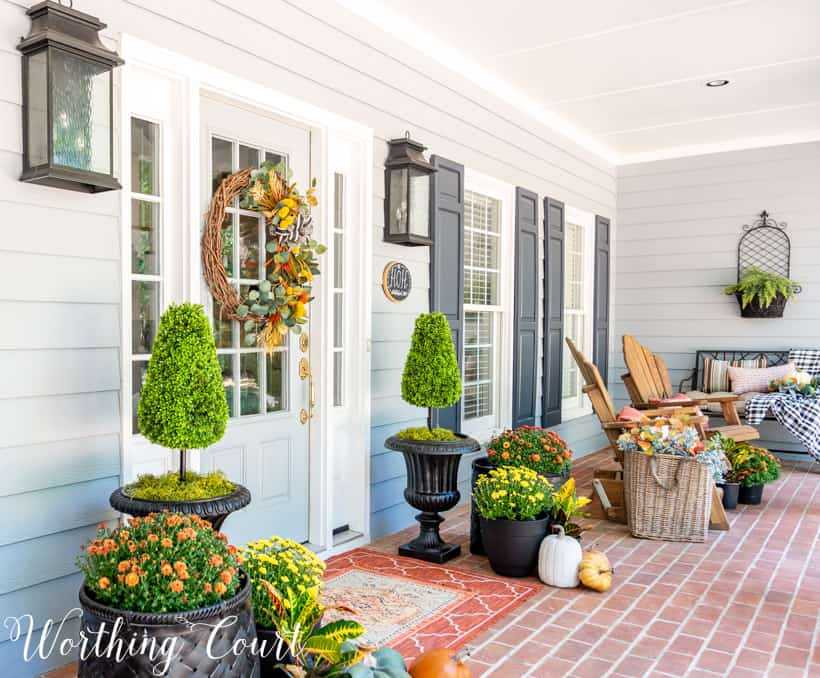 fall front porch decor ideas using mums and pumpkins