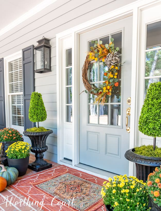front porch decor ideas using various colored mum and pumpkins