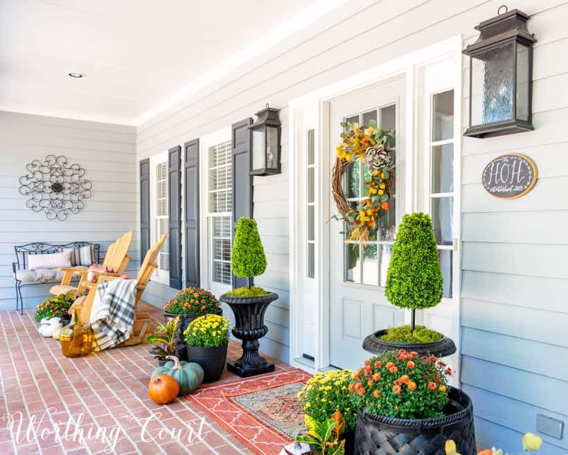 for porch decor ideas using fall mums and pumpkins