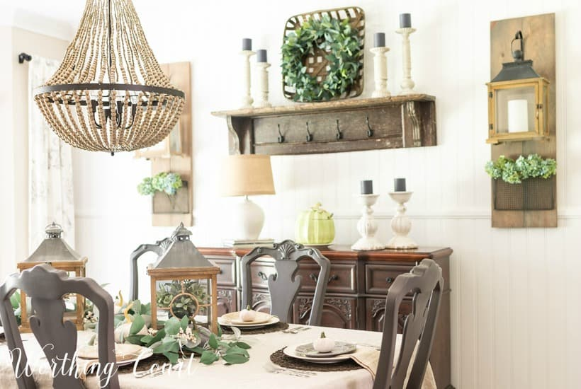 dining with with neutral Thanksgiving table decorations